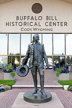 Wild West, statue and main entrance of Buffalo Bill Historical Center, historical museum, Cody, Wyoming, USA, United States of America, North America