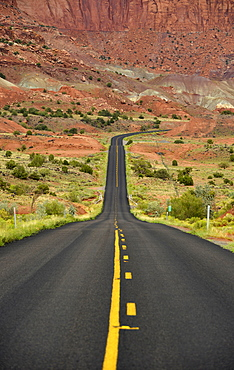 U.S. Highway 24, large buckle of the Waterpocket Fold, Capitol Reef National Park, Utah, Southwestern USA, USA