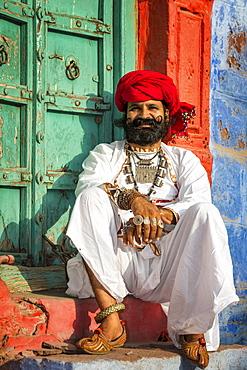 Rajasthani man dressed in traditional clothes, Jodhphur, Rajasthan, India, Asia