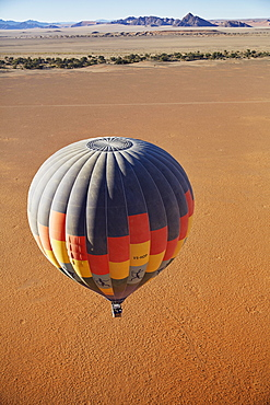 Hot air balloon, behind the Naukluft Mountains, Namib-Naukluft National Park, Namib Desert, Namibia, Africa