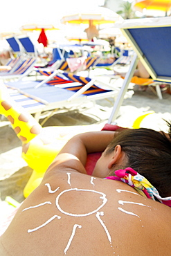 Symbol picture, Woman sunbathing, sun cream, skin protection, Giardini, Naxos, Sicily, Italy, Europe