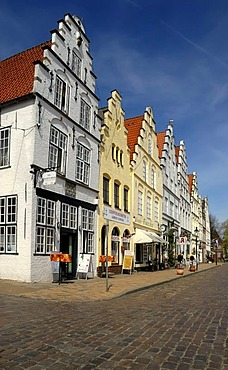 """Wilhelminian-style buildings in the market square of the """"Dutch Town"""" of Friedrichstadt, North Friesland district, Schleswig-Holstein, Germany, Europe"""