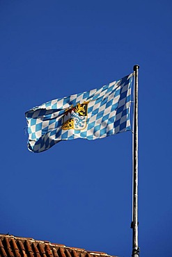Flag of the Free State of Bavaria on the roof of the Veste Coburg, Veste Coburg 1, Coburg, Upper Franconia, Bavaria, Germany, Europe