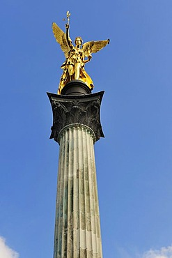 Friedensengel, Angel of Peace, with crow on the wing, Bogenhausen quarter, Munich, Bavaria, Germany, Europe