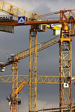 """Cranes of company """"Hochtief"""" at a large construction site, Landesarchiv NRW, North Rhine-Westphalia State Archive, Innenhafen harbour, Duisburg, North Rhine-Westphalia, Germany, Europe"""
