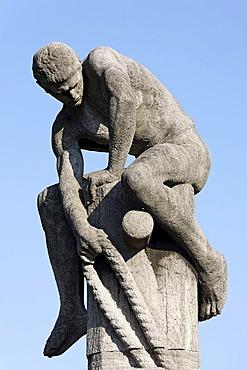 "Sculpture ""Der Tauzieher"" or ""The tug of war"" in front of the Schokoladenmuseum chocolate museum, Rheinauhafen district, Cologne, North Rhine-Westphalia, Germany, Europe"