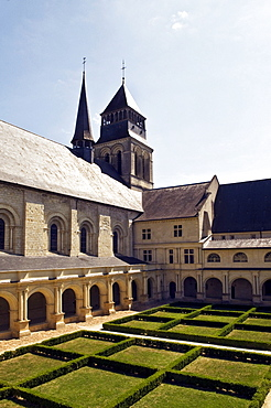 Church and medieval cloister of the Abbaye de Fontevraud abbey, Aquitaine Romanesque, built from 1105 to 1160, Fontevraud-líAbbaye, Loire Valley near Saumur, Maine-et-Loire, France, Europe
