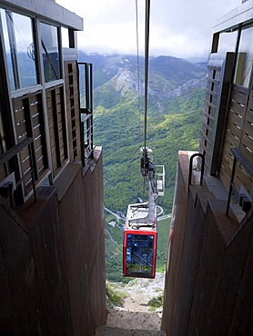 """""""El Tele Fericco"""" cable car in the Picos de Europa National Park, Cantabrian Mountains, Cantabria, northern Spain, Europe"""