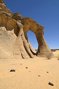 Tin Ghalega rock formation, Red Rhino Arch, Wadi Teshuinat, Akakus, Acacus Mountains or Tadrart Acacus, Sahara desert, Fezzan, Libya, North Africa
