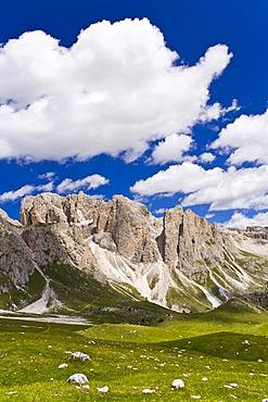 Val Gardena below Mt Sass Rigais, Odle Geisler massif, Puez-Geisler Nature Park, Dolomites, South Tyrol, Italy, Europe