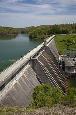 The hydroelectric Norris Dam and Reservoir on the Clinch River, operated by the Tennessee Valley Authority, Norris, Tennessee, USA, America