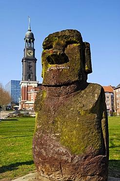 Moai sculpture Angelito on the Michelwiese lawn, Schaarmarkt, Hamburg, Germany, Europe