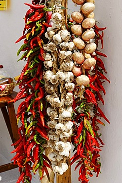 Chili peppers, garlic and onions, Monte Sant'Angelo, Gargano, Province Foggia, Apulia or Puglia, South Italy, Europe