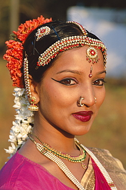 Female dancer dressed in traditional costume, Mumbai (Bombay), Maharastra, India, Asia