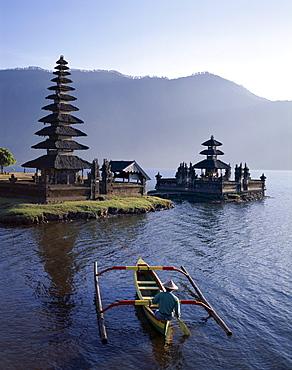 Lake Bratan, Pura Ulun Danu Bratan Temple and boatman, Bali, Indonesia, Southeast Asia, Asia