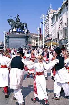 Folk dancers, Bana Josipa Jelacica Square, Zagreb, Croatia, Europe