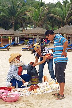 Couple buying shells, Dadonghai Beach, Sanya, Hainan Island, China, Asia