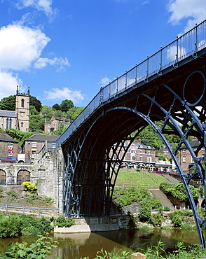 The worlds first iron structure built in 1779 by Abraham Darby, Iron Bridge, Ironbridge Gorge, UNESCO World Heritage Site, Shropshire, England, United Kingdom, Europe