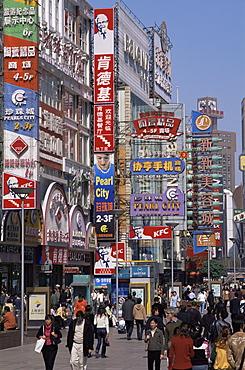 Pedestrianised shopping street, Nanjing Road, Shanghai, China, Asia