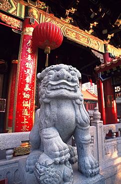 Lion statue at Wong Tai Sin Temple, Hong Kong, China, Asia