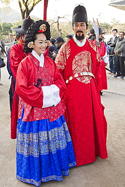 Re-enactment show of the king and queen strolling in the palace grounds, Gyeongbokgung Palace, Seoul, South Korea, Asia