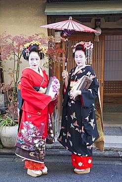 Maikos (apprentice geishas) dressed in kimonos, Gion, Kyoto, Japan, Asia