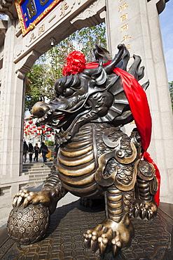 Bronze dragon statue, Wong Tai Sin Temple, Wong Tai Sin, Kowloon, Hong Kong, China, Asia