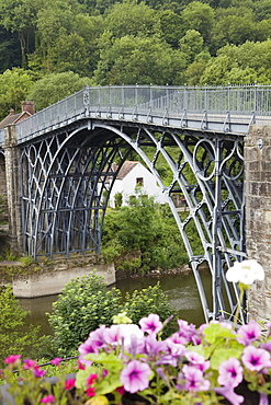Ironbridge, the world's first iron structure dating from 1779, designed by Abraham Darby, Ironbridge Gorge, UNESCO World Heritage Site, River Severn, Shropshire, England, United Kingdom, Europe