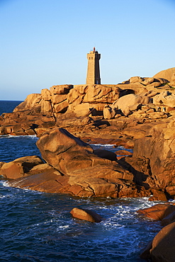 Pointe de Squewel and Mean Ruz Lighthouse, Men Ruz, Ploumanach, Cote de Granit Rose, Cotes d'Armor, Brittany, France, Europe