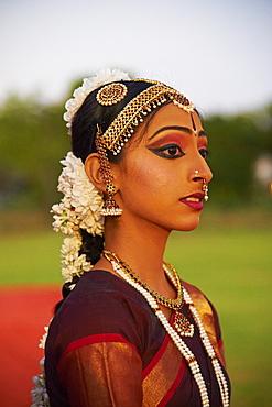 Traditional dancer, Mamallapuram (Mahabalipuram), Tamil Nadu, India, Asia