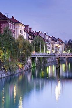 The Cobblers' Bridge ((Shoemakers' Bridge) over the Ljubljanica River at dusk, Ljubljana, Slovenia, Europe