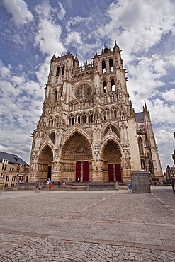 The west front of Notre Dame d'Amiens Cathedral, UNESCO World Heritage Site, Amiens, Somme, Picardy, France, Europe