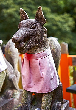 Stone foxes at Fushimi Inari shrine, Kyoto, Japan, Asia