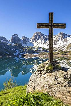 Wooden cross on the shore of Lake Allos (2226 m), in the background the Tours du Lac, Haut-Verdon, Mercantour National Park, Alps, France