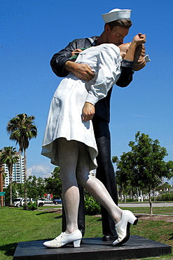 sculpture sailor with a woman in front of the marina