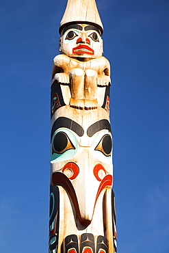 Totem pole on Jasper high street, Jasper National Park, UNESCO World Heritage Site, Canadian Rockies, Canada, North America