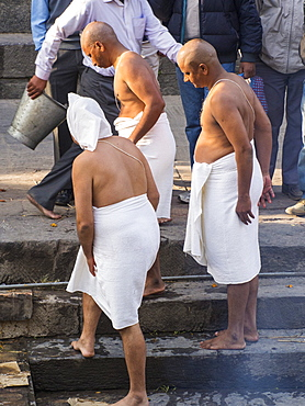 Brahmins at a Hindu cremation ceremony at Pashupatinath Temple, a Hindu temple of Lord Shiva located on the banks of the Bagmati River Kathmandu, Nepal, Asia