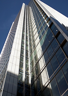 Home to Clifford Chance, FTSE, Infosys, Mastercard & Total, this building designed by Kohn Pedersen Fox Architects, towers skywards on Upper Bank St. Canary Wharf, London. London, England, UK